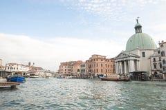 Paisaje de Venecia, Italia en un día soleado brillante, una vista de los di Santa Maria della Salute de la basílica foto de archivo libre de regalías