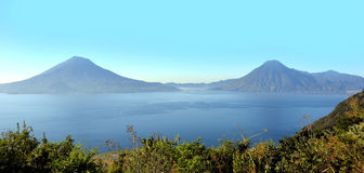 Paisaje de Vulcano en el lago Atitlan guatemala foto de archivo