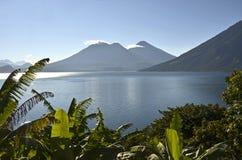 Paisaje de Vulcano en el lago Atitlan guatemala imagenes de archivo