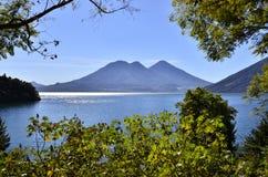 Paisaje de Vulcano en el lago Atitlan guatemala Imágenes de archivo libres de regalías