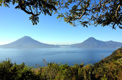 Paisaje de Vulcano en el lago Atitlan guatemala Foto de archivo libre de regalías