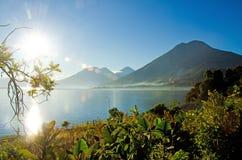 Paisaje de Vulcano en el lago Atitlan guatemala Imagen de archivo
