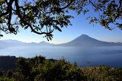Paisaje de Vulcano en el lago Atitlan guatemala fotos de archivo