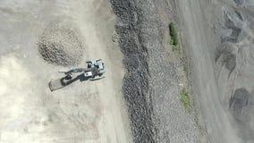 Paisaje degradado en el sur de Polonia Tierra destruida Trabajos del cavador de los excavadores Visión desde arriba almacen de video