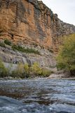 Paisaje del acantilado en un río, fotografía de archivo