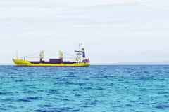 Paisaje del agua de mar con el buque de carga en horizonte Paisaje del mar con la nave industrial foto de archivo