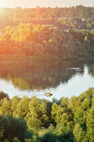 Paisaje del agua del verano con el velero del pescador en el río Foto de archivo libre de regalías