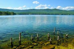 Paisaje del agua del verano - lago Turgoyak en Urales meridionales, Rusia Imagen de archivo libre de regalías