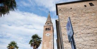 Paisaje del arhitecture italiano sobre fondo del cielo azul y de la palmera imagenes de archivo
