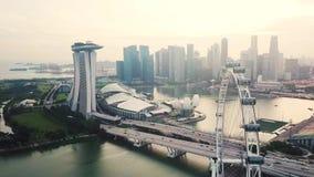 Paisaje del aviador y de Marina Bay Sands Hotel de Singapur metrajes