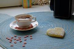 Paisaje del café de la mañana del día de tarjeta del día de San Valentín de par en par foto de archivo