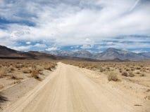 Paisaje del camino del desierto Fotos de archivo libres de regalías