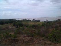 paisaje del campo con el río y la montaña en el fondo Fotografía de archivo