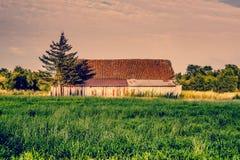 Paisaje del campo con un granero viejo Fotografía de archivo libre de regalías