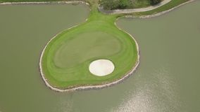 Paisaje del campo de golf y del lago del abejón del vuelo Campo de golf del verde de la visión aérea en la isla en la charca en c metrajes