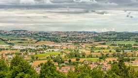 Paisaje del campo de los marzos en Italia Visión desde la terraza del santuario de la casa santa de la ciudad de Loreto imagen de archivo