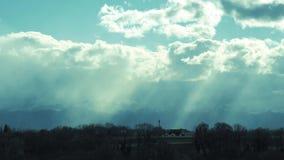 Paisaje del campo, en las montañas de los Pirineos del fondo con el cielo nublado almacen de video