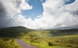 Paisaje del campo a través a las montañas Foto de archivo