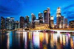 Paisaje del centro de la ciudad y de la ciudad del negocio de Singapur en el sc del crepúsculo Imagen de archivo libre de regalías
