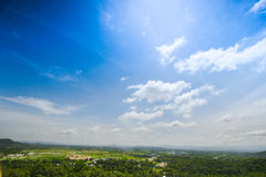 Paisaje del cielo azul y de la ciudad en fondo Imagen de archivo libre de regalías