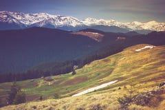 Paisaje del crepúsculo de la mañana en las montañas de la primavera Vista de los picos coronados de nieve Imágenes de archivo libres de regalías