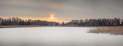 Paisaje del crepúsculo de la mañana Luz del sol que brilla intensamente fantástica Efecto de foco suave fotografía de archivo libre de regalías