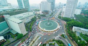 Paisaje del cruce giratorio de Indonesia del hotel en la oscuridad