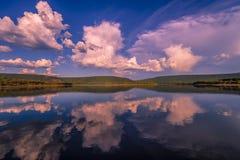 Paisaje del día de verano con el río, el bosque, las nubes en el cielo azul y el sol Fotos de archivo libres de regalías