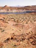 Paisaje del desierto con el río en fondo Imagenes de archivo