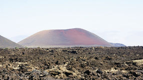 Paisaje del desierto con el volcán en el fondo Foto de archivo libre de regalías