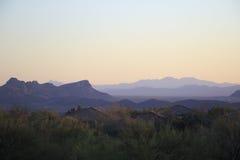Paisaje del desierto en la puesta del sol con la casa y el cactus Imágenes de archivo libres de regalías