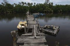 Paisaje del embarcadero de madera del abandono que cruza el río Sol brillante Foto de archivo