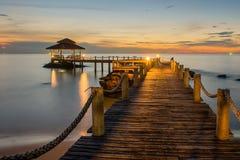 Paisaje del embarcadero enselvado del puente entre la puesta del sol Fotografía de archivo