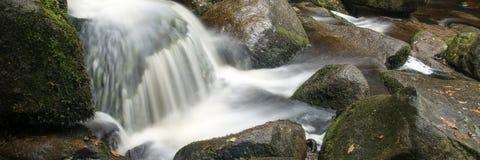 Paisaje del formato del panorama de la cascada en bosque Fotografía de archivo libre de regalías