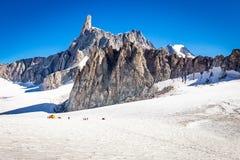Paisaje del glaciar de las cumbres del canto de las monta?as de las monta?as, macizo de Mont Blanc fotografía de archivo