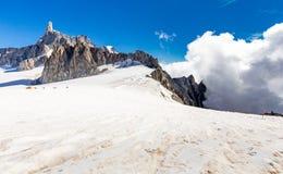 Paisaje del glaciar de las cumbres del canto de las monta?as de las monta?as, macizo de Mont Blanc foto de archivo libre de regalías