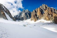 Paisaje del glaciar de las cumbres del canto de las monta?as de las monta?as, macizo de Mont Blanc imagenes de archivo