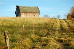 Paisaje del granero y de la cerca Foto de archivo