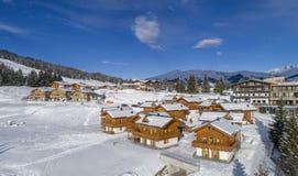 Paisaje del invierno, bosque y pequeño pueblo en montaña fotos de archivo
