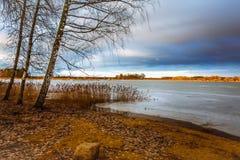 Paisaje del invierno cerca del lago Fotografía de archivo
