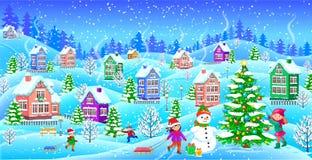 Paisaje del invierno con el árbol de navidad nevado del muñeco de nieve de las casas Imagen de archivo libre de regalías