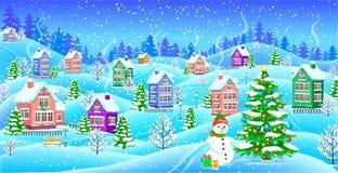 Paisaje del invierno con el árbol de navidad nevado del muñeco de nieve de las casas Imagen de archivo
