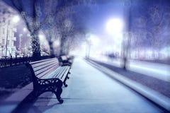 Paisaje del invierno con el banco de la ciudad Imagenes de archivo