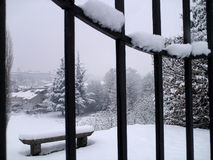Paisaje del invierno con el banco de piedra Fotos de archivo libres de regalías