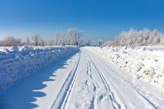 Paisaje del invierno con el camino Escarcha y frío Imagen de archivo