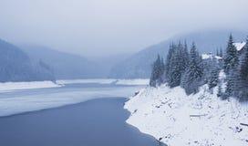 Paisaje del invierno con el lago de la montaña Fotografía de archivo