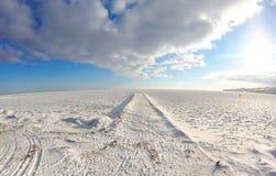 Paisaje del invierno con el mar, la nieve, el hielo y el embarcadero congelados Fotos de archivo