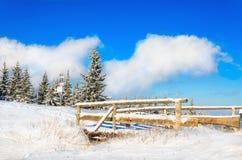 Paisaje del invierno con el puente de madera Imagen de archivo