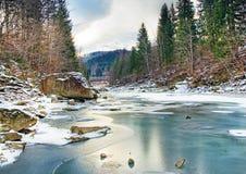 Paisaje del invierno con el río de la montaña Foto de archivo