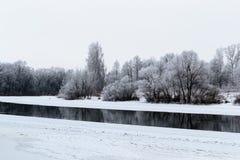 Paisaje del invierno con el río y la nieve Imágenes de archivo libres de regalías